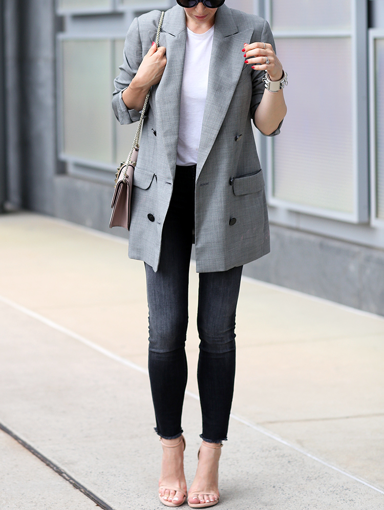 An outfit that can easily take you from work to dinner. Oversized boyfriend blazer and skinny jeans.
