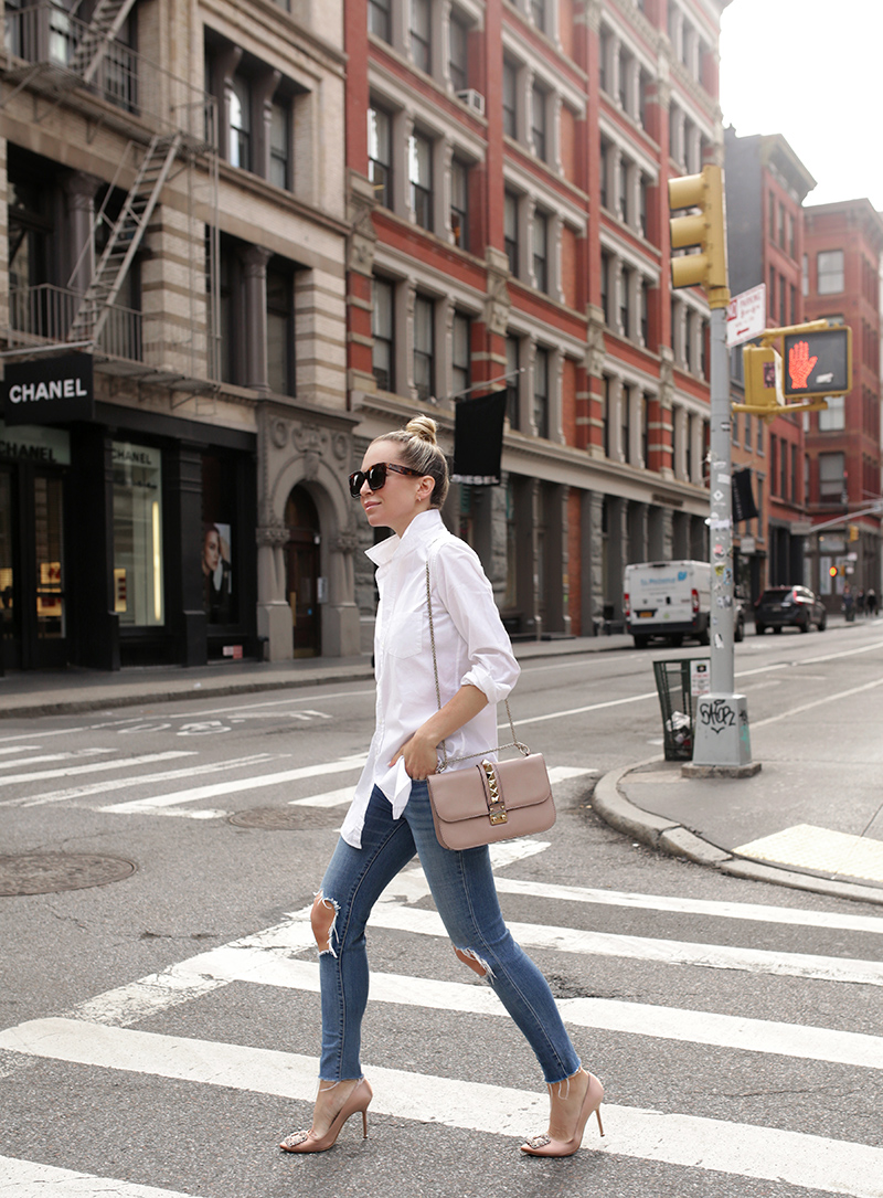 Helena Glazer of Brooklyn Blonde wearing a stylish transitional weather minimal effort outfit, white button up, skinny jeans