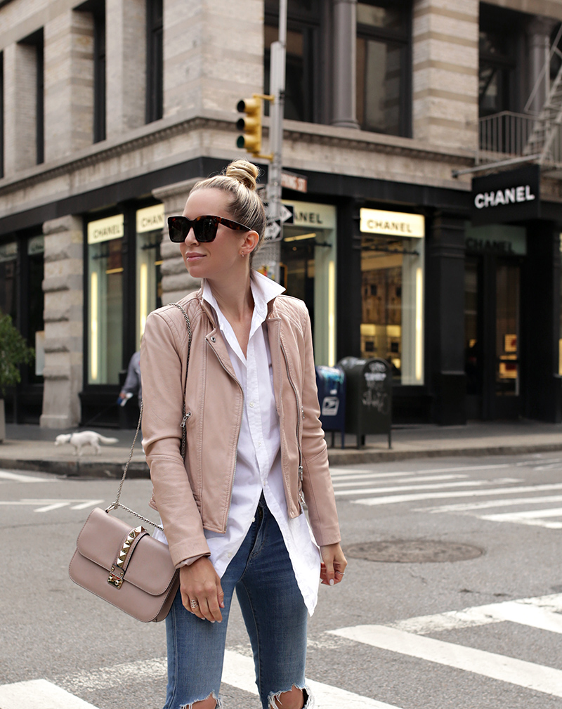 Helena Glazer of Brooklyn Blonde wearing a stylish transitional weather minimal effort outfit, blush leather jacket, button up, skinny jeans
